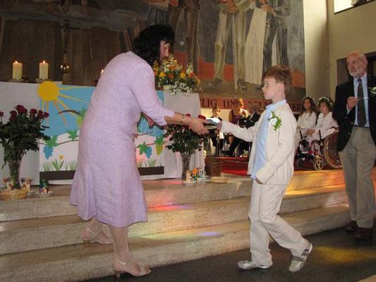 Danach ergänzen die Kinder das Altarbild. Als erstes kommen Sonnenstrahlen dazu.