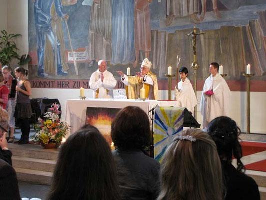 Am Ende der Messe spendet Weihbischof Krätzl Segen und wünscht den Firmlingen alles Gutte.