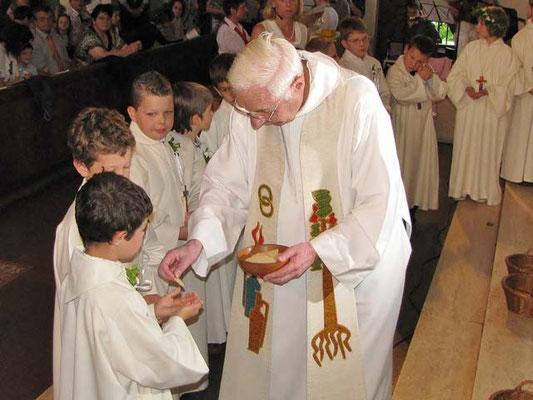 Alle warten im Kreis um das heilige Brot zu empfangen.