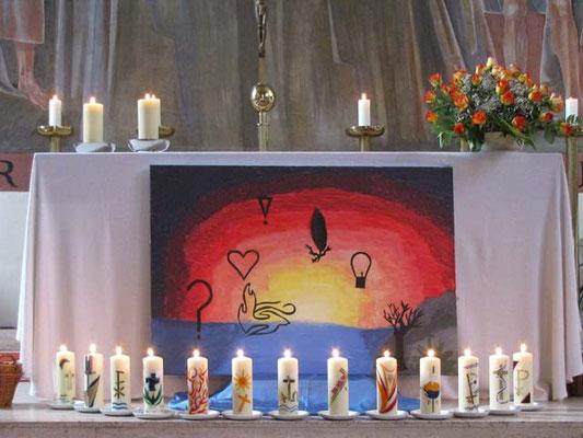 Das Altartuch zeigt Symbole für die sieben Gaben des Heiligen Geistes.