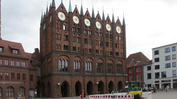 Montag: Das Rathaus von Stralsund.