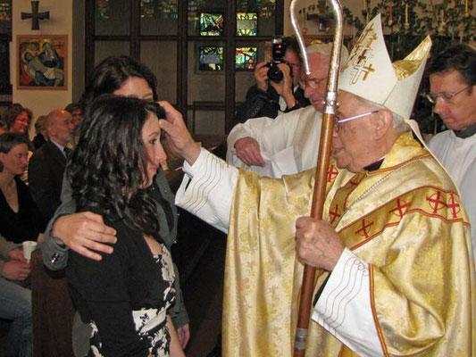 Das Kreuzzeichen mit Chrisam soll dem jungen Menschen die Kraft und den Beistand des Heiligen Geistes vermitteln, um die Verantwortung für sich selbst und für andere zu übernehmen.
