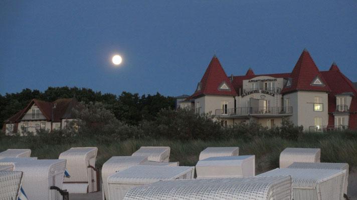 Donnerstag: Abendspaziergang am Strand von Warnemünde, der Mond ist bereits aufgegengen.