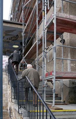 10.März: Schmaler Stiegenaufgang für Messbesucher