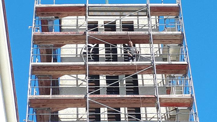 19.August: Zeiger werden von der Turmuhr genommen. Die Uhr wird einem Service unterzogen, Zeiger und Ziffernblatt werden repariert und neu gestrichen.