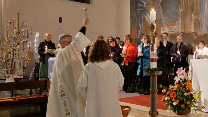 Auferstehungsfeier am Ostersonntag  um 5:00 Früh, Segnung der Osterkerze