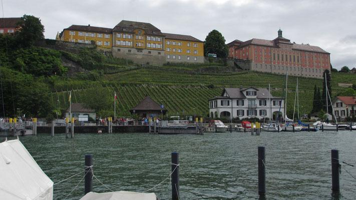 Freitag: Blick vom Hafen in Meersburg hinauf zum Neuen Schloss.