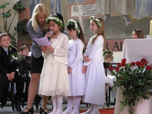 Erstkommunionkinder lesen die Bußgedanken.