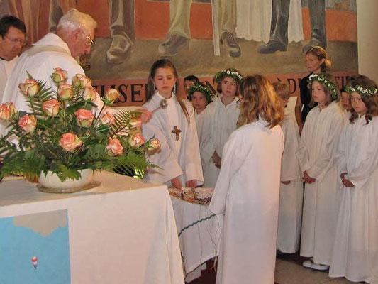 Die Erstkommunion Kreuze werden geweiht. Jedes Kind bekommt eines als Erinnerung