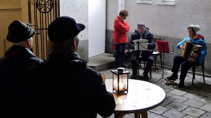 Zweiter Adventsamstag, adventliche Volksmusik mit Ziehharmonika und Klarinette.