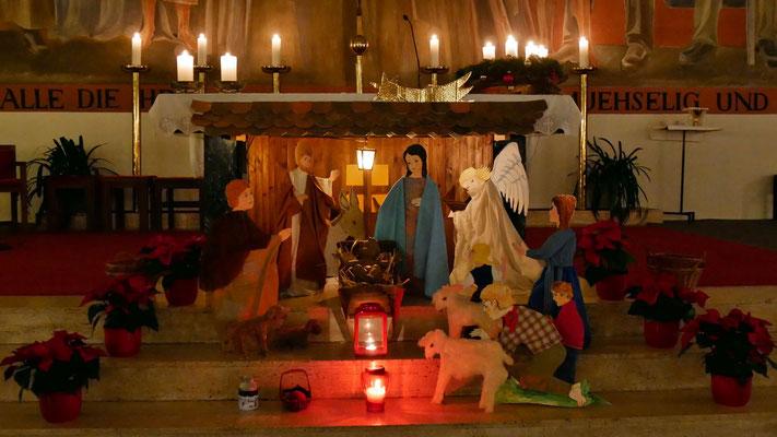 Stall und Krippe am Altar