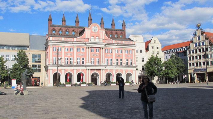 Sonntag: Das Rathaus in Rostock.
