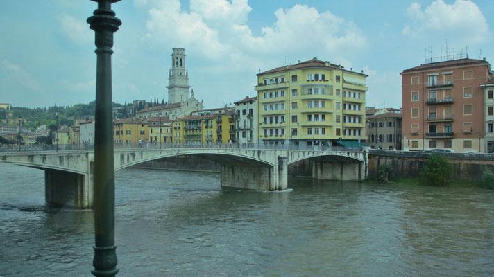 Samstag: Fahrt durch Verona, über den Fluss Etsch