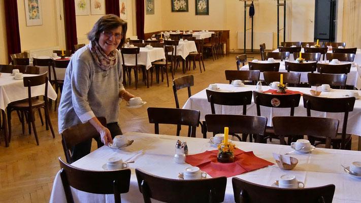 Vorbereitung am Karsamstag: Tische im Pfarrsaal für das Osterfrühstück decken