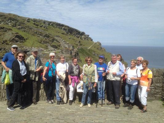 Dienstag: Gruppenfoto vor der Burgruine Tintagel.