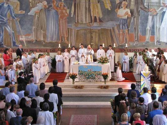 Die 31 Kinder sind während der ganzen Messe links und rechts vom Altar.