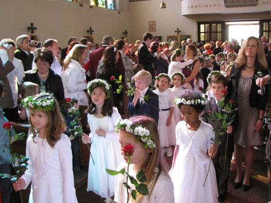 Feierlicher Einzug in die Kirche am Beginn der Messe.