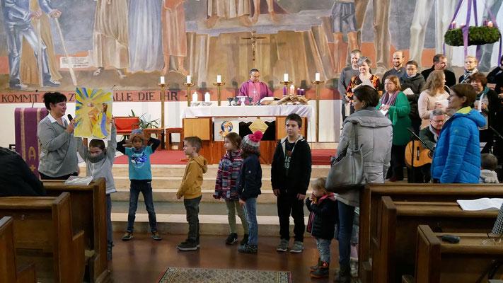 Dritter Adventsonntag, Kinder bringen ein Bild der Heiligen Maria.