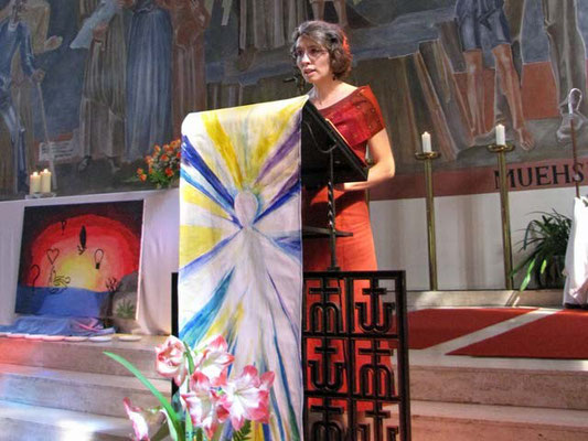 Die Lesung wird von der einzigen erwachsenen Firmkandidatin vorgetragen, einem aktiven Mitglied der Pfarrgemeinde.