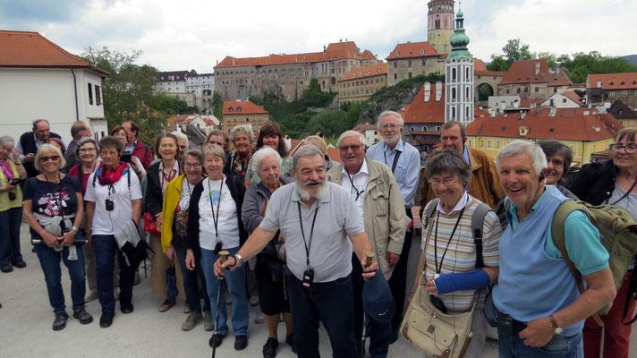 Montag: Gruppenfoto beim Schloss Krumau