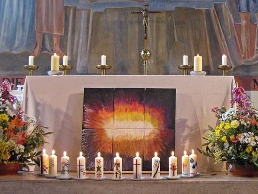 Der feierlich geschmückte Altar mit den Kerzen der 11 Firmlinge.