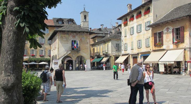 Donnerstag: Hauptplatz von Orta mit dem alten Rathaus