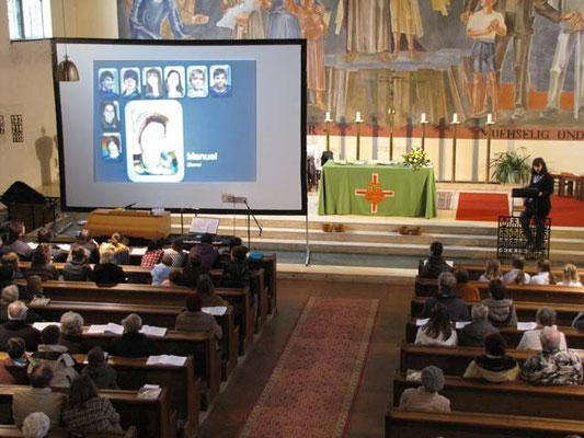 Nach der Predigt stellt Franziska Seiser die Firmkandidaten über eine Powerpoint Präsentation auf der großen Leinwand vor.