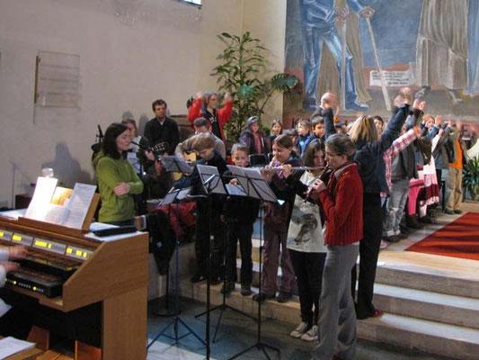 Vorstellung der Erstkommunionskinder 2011: Der Kinderchor begleitete musikalisch durch die Messe.