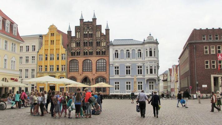 """Montag: Der """"Alte Markt"""" in Stralsund auf der Insel Rügen."""