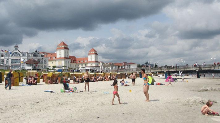 Montag: Im Seebad Binz auf der Insel Rügen gibt es lange Sandstrände und Hotels.