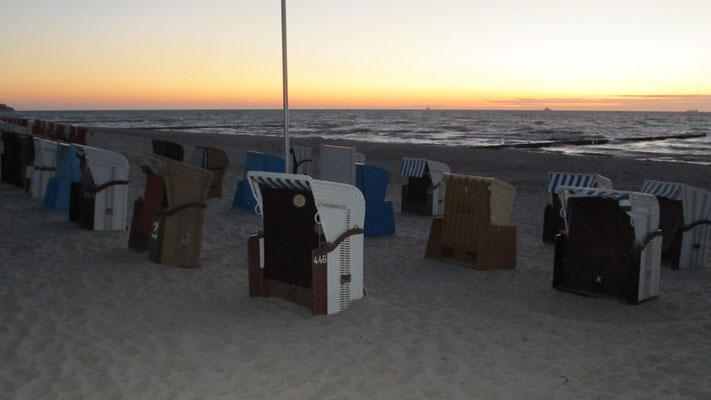 Donnerstag: Abendspaziergang am Strand von Warnemünde.