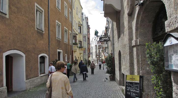 Montag: Spaziergang durch die Altstadt von Hall in Tirol