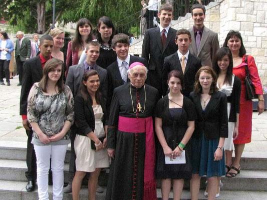Gruppenfoto ohne Firmpaten: die 13 gefirmten Jugendlichen mit Bischof Krätzl und den drei Firmbegleitern.