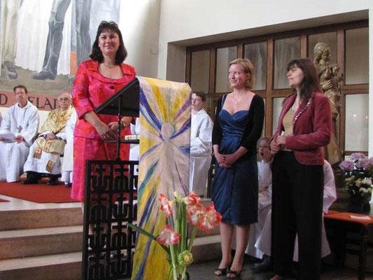 Firmbegleiter Franziska Seiser, Barbara Ranftl und Angelika El Zeir stellen ihre Firmlinge vor.