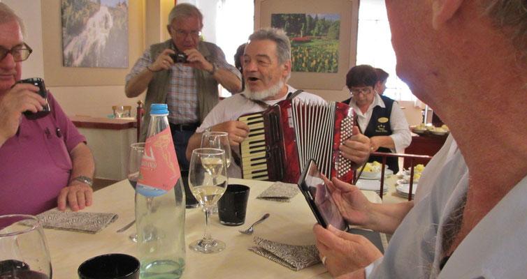 Donnerstag: Gemeinsames Mittagessen in Pallanzana mit musikalischer Begleitung von Sepp