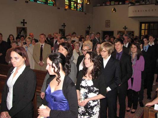 Feierlicher Einzug der Firmkandidaten und Paten am Beginn der Messe.