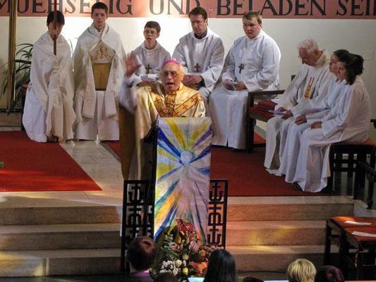 In seiner Predigt bedankt sich Wehbischof Krätzl für die persönlichen Briefe, die er von jedem der 11 Firmlinge bekommen hat.