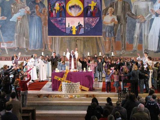 Vorstellung der Erstkommunionskinder 2011: Zum Vater Unser sind alle um den Altar versammelt