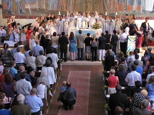 Beim gesungenen Vater Unser bilden die Erstkommunionkinder einen Kreis um den Altar.
