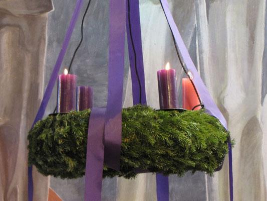 """Dritter Adventsonntag, am Kranz brennen jetzt drei Kerzen, die dritte ist rosa und steht für Gaudete = """"Freuet euch"""""""