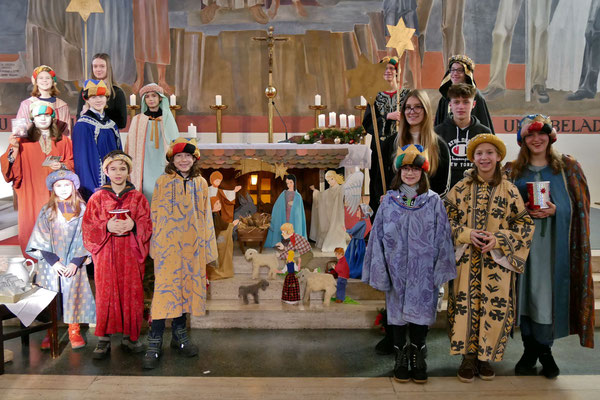 Vierter Tag, 4 Sternsinger Gruppen vor dem Altar