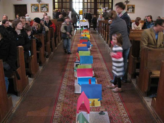 Vorstellung der Erstkommunionskinder 2011: Im Mittelgang standen die von den Kindern gebastelten Häuser.
