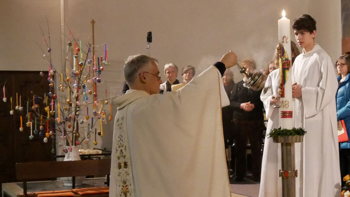Auferstehungsfeier am Ostersonntag  um 5:00 Früh, Weihrauch für die Osterkerze