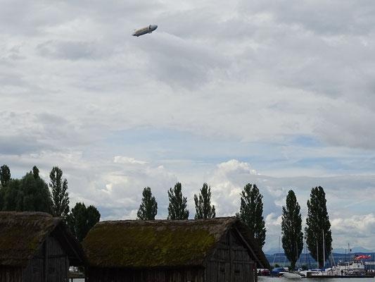 Samstag: In Überlingen kann man mit einem Zeppelin einen Rundflug machen.