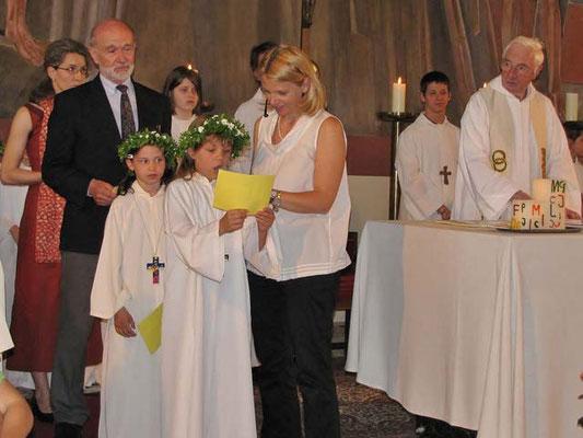 Drei Erstkommunionkinder, eine Mutter und ein Tischvater lesen die Fürbitten (Texte im Messverlauf).