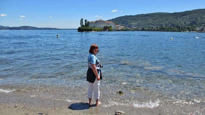 Dienstag: Karin auf der Isola Pescatori mit Blick auf Lago Maggiore