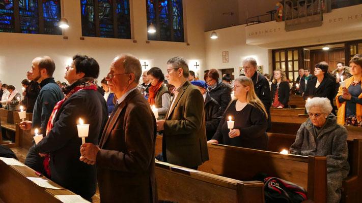 Auferstehungsfeier am Ostersonntag  um 5:00 Früh, leuchtende Osterkerzen in den Bänken