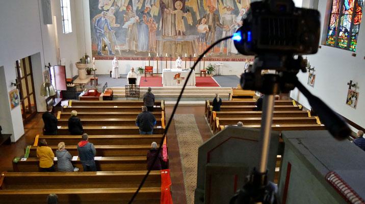 Freitag Abendmesse: Kamera am großen Chor überträgt Messe per Video in den Pfarrsaal