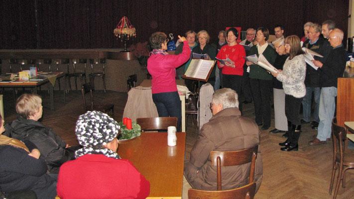 Erster Adventsamstag, der Kirchenchor singt im Saal