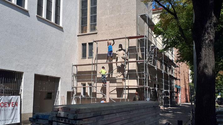 1.August: Beginn der Gerüstarbeiten am Kirchturm und Pfarrhaus.